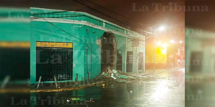 LLuvias provocan la caída de una pared en negocio de Comayagüela