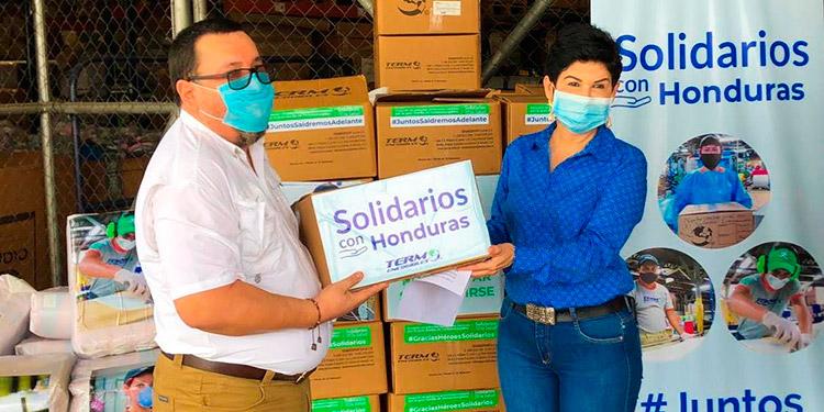 Donan gabachas y guantes para médicos y enfermeras
