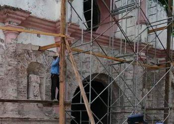 Restauran iglesia de Sensenti y hallan dos viejas esculturas