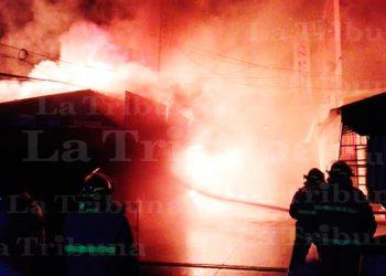 Incendio consume 12 puestos de venta en San Pedro Sula