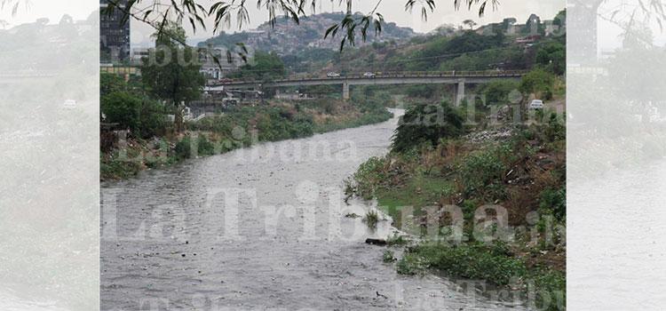Fuertes lluvias dejan daños e inundaciones en la capital