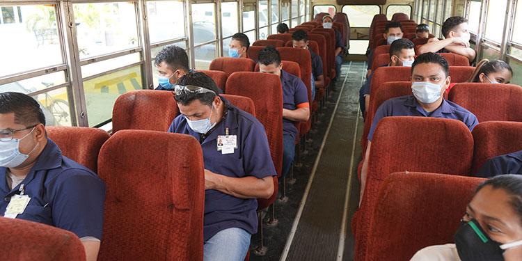 Los autobuses donde trasladan al personal están desinfectados y los trabajadores viajan respetando el aislamiento.