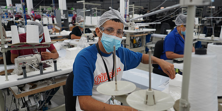 En el piso de producción, las medidas de seguridad son extremas para operar en un ambiente limpio.