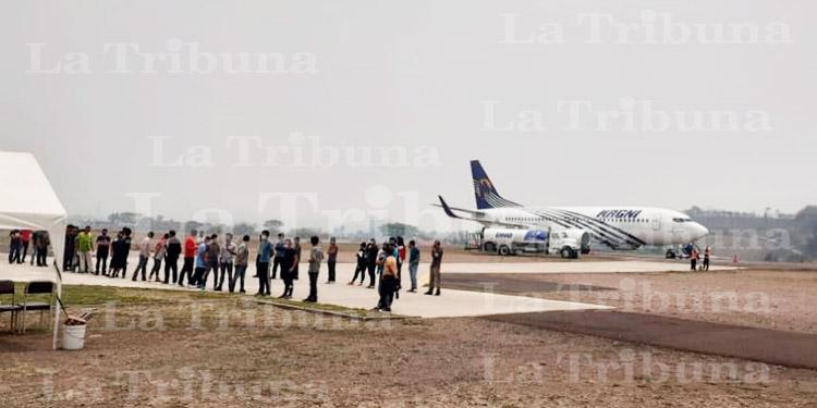 Bajo resguardo policial trasladan a 42 hondureños retornados a la Villa Olímpica