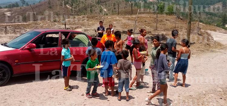 Jóvenes entregan comida a niños de escasos recursos económicos en Siguatepeque