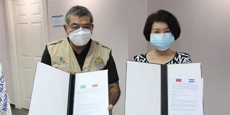 La donación fue entregada en las oficinas de la institución por la embajadora Ingrid Hsing.