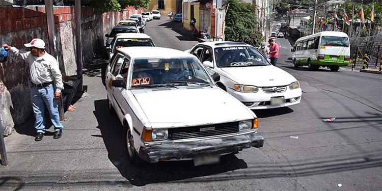 Taxistas proponen tres pasajeros y bioseguridad en reapertura