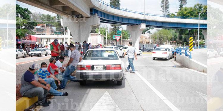 Taxistas en su segundo día consecutivo de protestas exigiendo el bono compensatorio