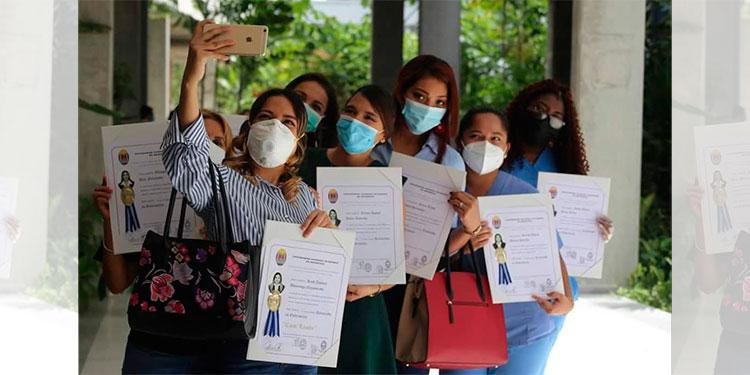 Bajo medidas de bioseguridad, cerca de 200 profesionales reciben títulos en la UNAH-VS