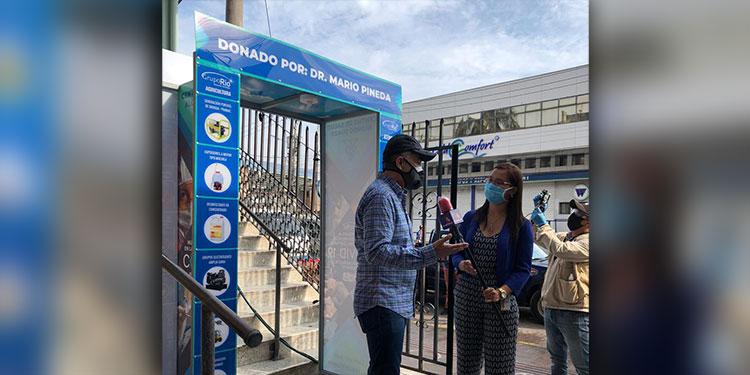 Este es el segundo túnel de desinfección que Mario Pineda instala en la capital.