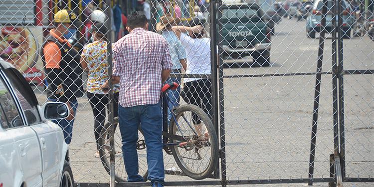 Con vallas comienzan a cerrar mercados de Choluteca