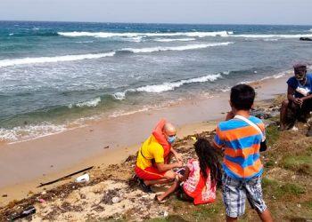 Familia se salva de morir al ser arrastrada por olas