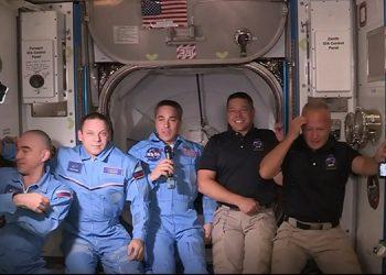 Los astronautas ya están en le Estación Espacial Internacional.