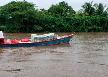 El uso de lanchas fue necesario para llevar las ayudas humanitarias a algunos sectores del municipio de Alianza, Valle.