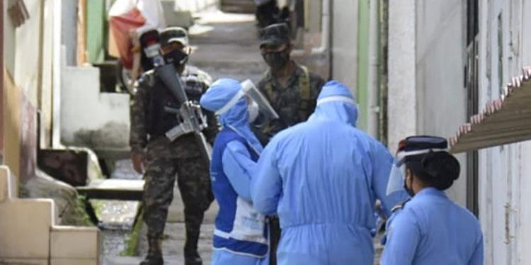 La brigada médica visitó casa por casa para detectar casos sospechosos de COVID-19.