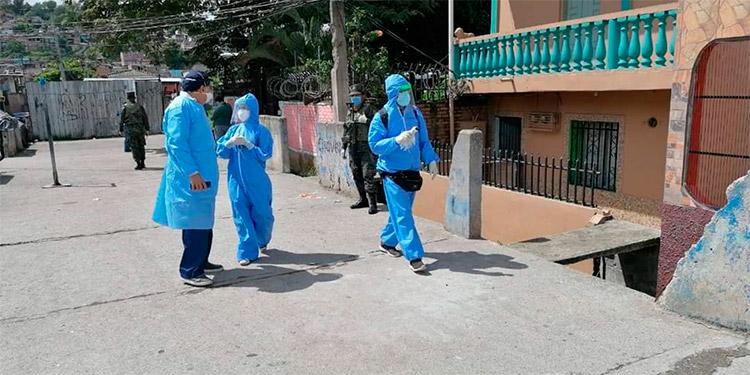 Un equipo multidisciplinario liderado por médicos efectúa las brigadas COVID-19, en cada barrio y colonia de la capital.