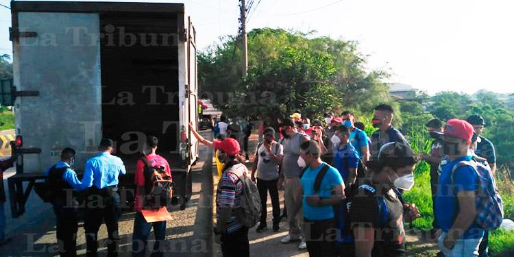 Detienen en SPS a 58 personas aglomeradas en un camión