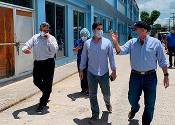 Pedro Barquero y el doctor Jananía realizaron un recorrido por las nuevas instalaciones.