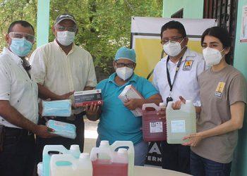 """La organización internacional """"Living Water"""" hizo el donativo al alcalde de Marcovia, José Nahúm Cálix, para los centros de salud de esa región."""