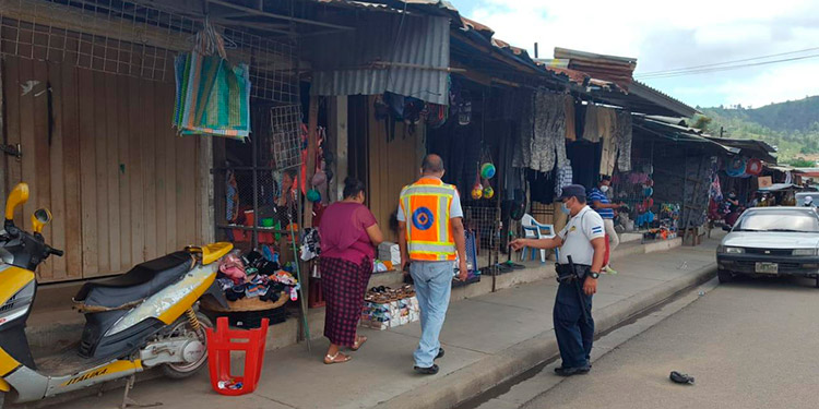 Muchos comercios trabajaban a medio vapor, ayer, en Danlí, El Paraíso, siguiendo las indicaciones de las autoridades para evitar aglomeración de personas.
