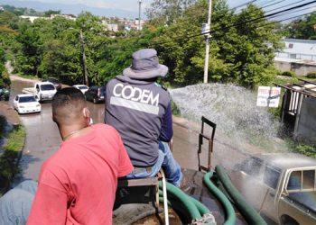 Trabajos de limpieza y abatización en distintos sectores capitalinos. Hasta la fecha la AMDC ha desinfectado 31 barrios y colonias de Tegucigalpa y Comayagüela.