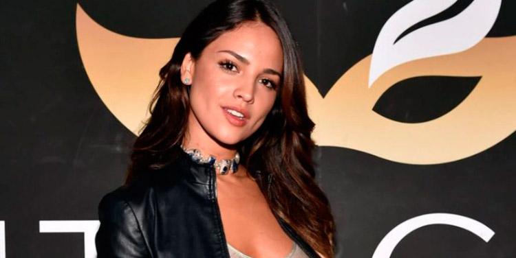 Eiza González reitera disculpas por fotos en las que sale pintada de negra