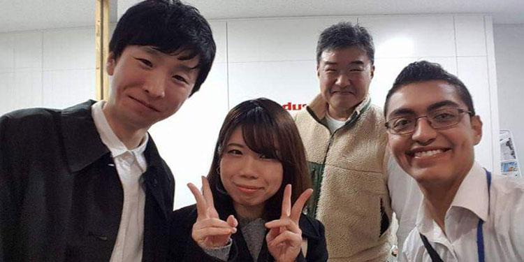 Kevens Barahona posando con compradores de café en Marubeni Foods, Tokio, Japón.