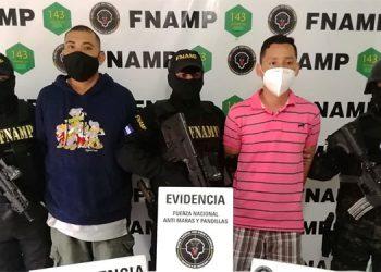 A Josué David Montoya Núñez y Henry Manuel Flores Matute los capturaron porque se dedicaban a amenazar a propietarios de comercios y conductores de carros repartidores de productos para exigirles extorsiones.