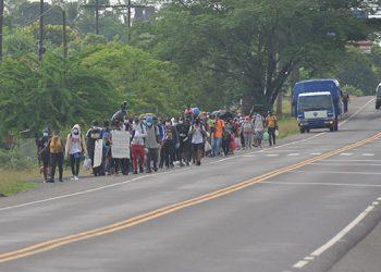 Extranjeros de Haití y Cuba iniciaron la caravana hacia la frontera con Guatemala en busca de llegar a Estados Unidos.