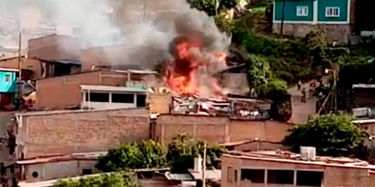 Voraz incendio arrasa con dos viviendas