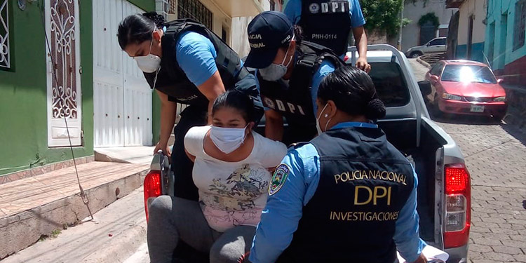 Detenida maestra por maltratar ebria a hijito