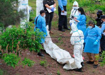 Autoridades de la Policía Nacional, la Fiscalía y la Dirección General de Medicina Forense participaron en el levantamiento de los cuerpos.