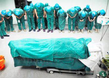 ¿Foto del último adiós a médico muerto por COVID-19 es de Honduras?