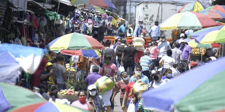 Las avenidas de Comayagüela, cerca de la zona de los mercados, lucieron sumamente abarrotadas de gente.