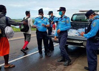 Policías del municipio de San Lorenzo, Valle, les proporcionaron agua y algunos víveres a los migrantes caribeños y africanos.