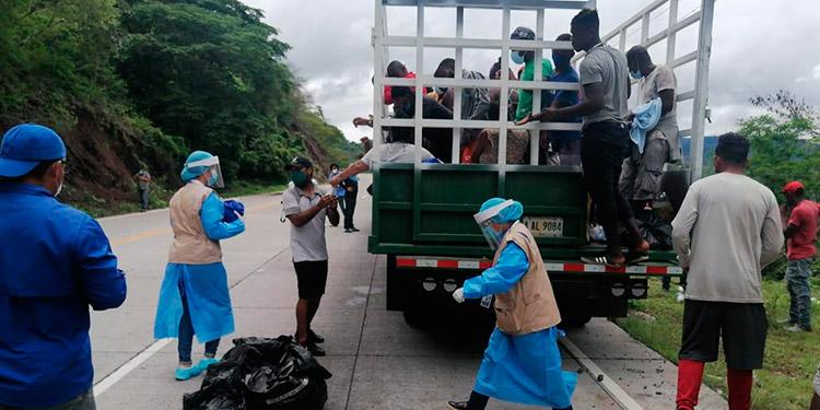 Un conductor de camión les dio jalón a los extranjeros, pero en Moramulca los esperaban personal de ACNUR, Migración y Policía de Francisco Morazán.
