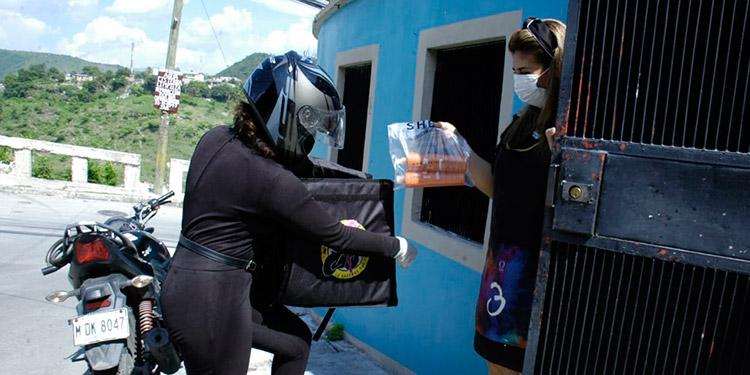 Las chicas se desplazan en sus motocicletas hasta barrios y colonias de la capital, para hacer las entregas.