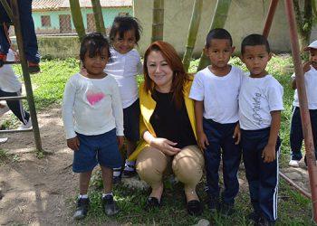 Los niños del área rural, también alejados de las aulas, pero activos con sus padres en las labores de campo los libera del estrés.