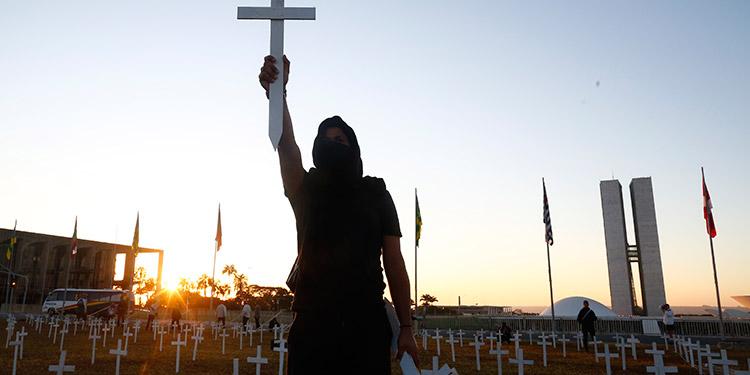 Mil cruces frente al Congreso por las víctimas de COVID-19 en manifestación contra Bolsonaro