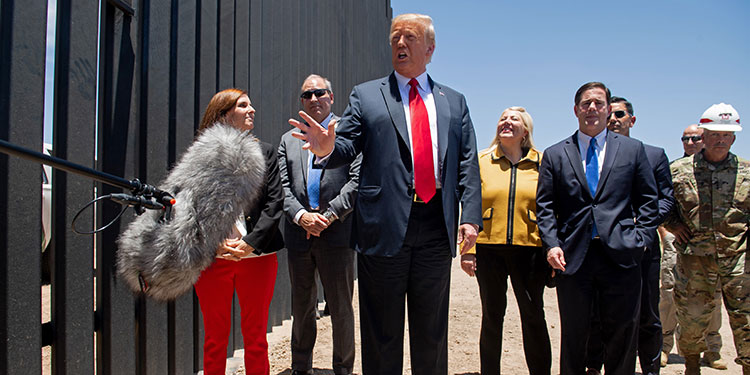 Trump dice que el muro ha detenido a inmigrantes y al virus (Video)