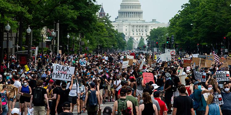 Miles de personas se manifestaron ayer en varios países contra la violencia policial y la injusticia racial por la muerte del afroestadounidense George Floyd. (LASSERFOTO AFP)