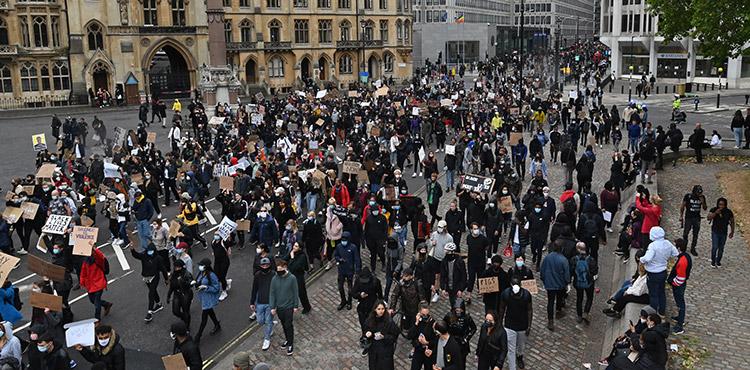 Miles de personas se fundieron ayer en multitudinarias marchas solidarias convocadas en todo el mundo para denunciar el racismo y la violencia policial tras la muerte en Estados Unidos del afroamericano George Floyd. (LASSERFOTO AFP)