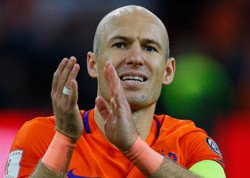 Robben dispuesto a descolgar botas para ayudar al Groningen