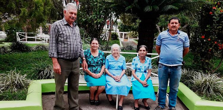 María Neptalia Soto cumplió sus 101 años rodeada de sus cuatro hijos que le han regalado 20 nietos y 28 bisnietos.