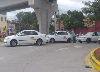 Cansados por la espera y padeciendo hambre vuelven a obstaculizar el tráfico los taxistas.