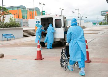 Los pacientes con COVID-19 fueron llevados en ambulancias del 911 hasta el Polideportivo de la UNAH.