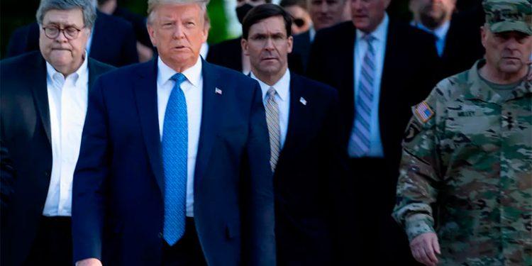 """El Pentágono trata de distanciarse de Trump, tras críticas por su """"uso político"""""""