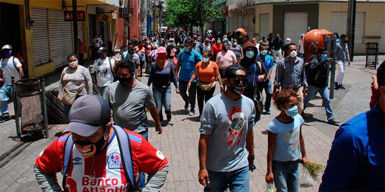 La mayoría de vendedores ambulantes se apostan en la calle peatonal, donde ofrecen sus mercancías.