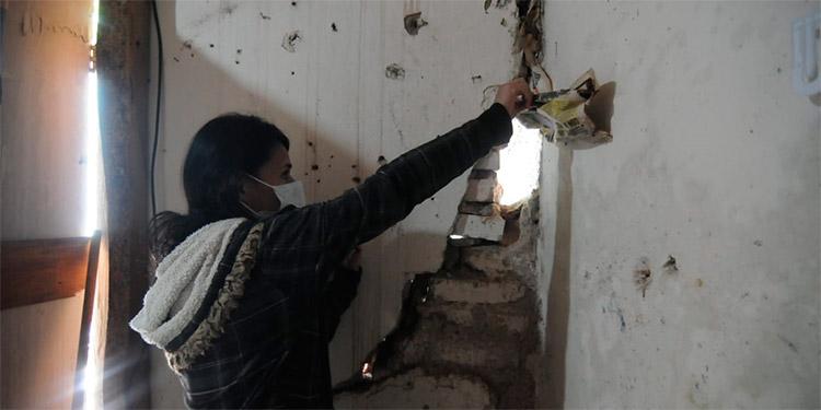 Familia casi muere aplastada al partirse paredes de su casa