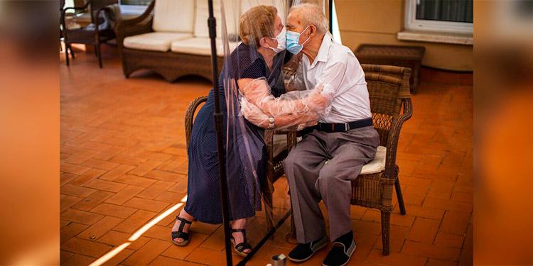 España: Abrazos plastificados en visitas a centro de mayores